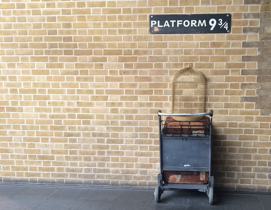 Platform 9 3/4 illustration from Harry Potter movies