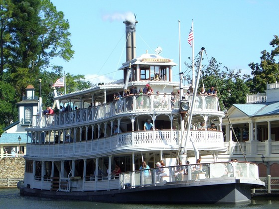 River steam boat cruise in the US